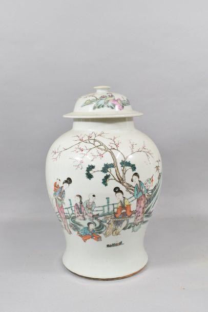 Chine XXème  Potiche avec couvercle en porcelaine...