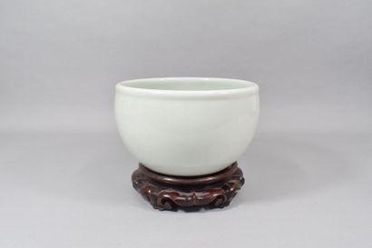 Chine milieu XXème  Cache pot en porcelaine...