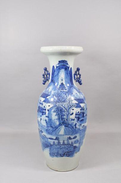 Chine milieu XXème  Vase balustre en porcelaine,...