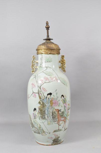 Chine XXème  Vase balustre en porcelaine,...