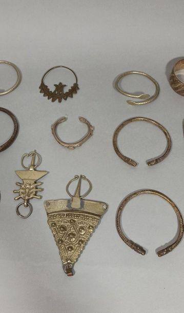 Strong batch of fibulas, and silver alloy and metal bracelets with chiselled geometric...