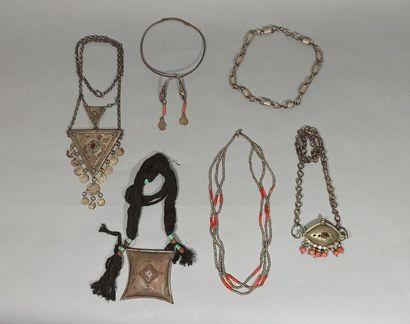 Lot de colliers composé de :  un collier...