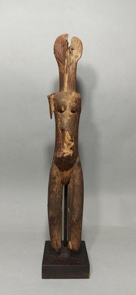 Statue féminine en bois sculpté représentant...