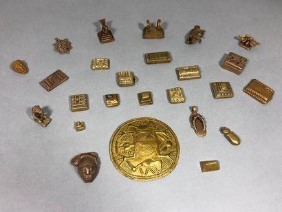 Lot de poids à peser l'or en bronze dépatiné,...