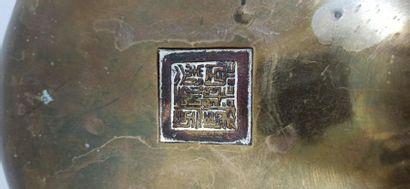 CHINE - Vers 1900  Grand brûle-parfum tripode en bronze, à deux anses, posant sur...