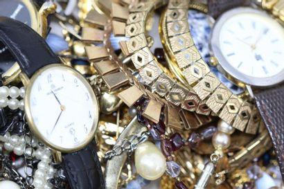 Fort lot de bijoux fantaisie : broches (dont...