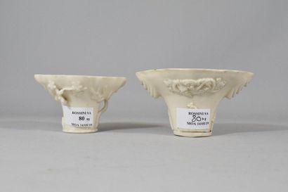 Deux coupes libatoires en porcelaine blanche...