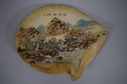 CHINE, XXème siècle  Coquillage à décor peint...