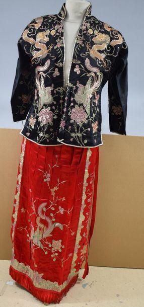 CHINE, XXème siècle  Costume de marié richement...