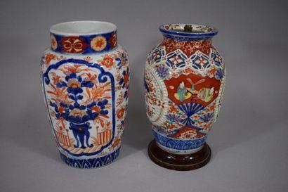 JAPON.   Vase en porcelaine à décor Imari...