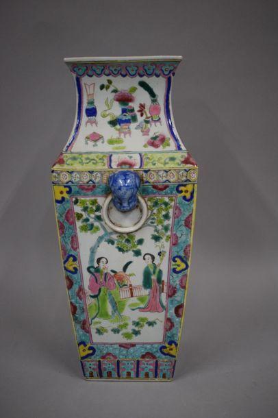 CHINE, XXème siècle  Vase quadrangulaire...