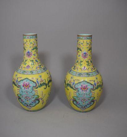 Paire de vases à long col, en porcelaine...