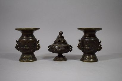 JAPON, Période Meiji  Ensemble en bronze...