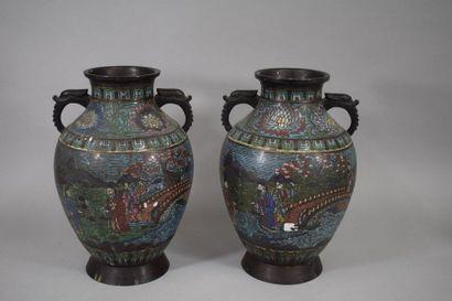JAPON, vers 1900  Paire de vases en bronze...
