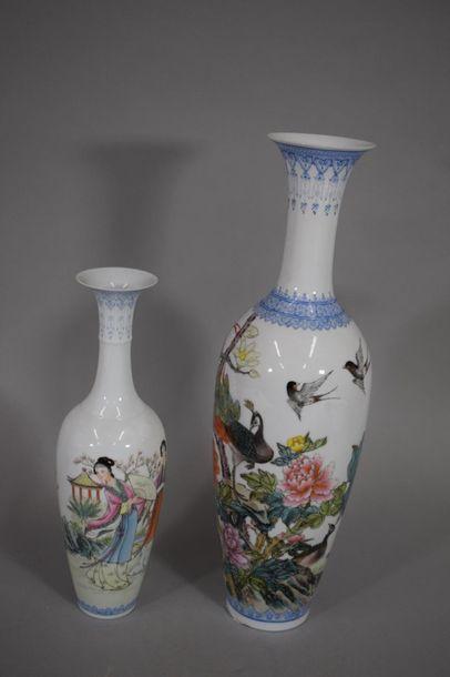 CHINE, XXème siècle  Deux vases en porcelaine...