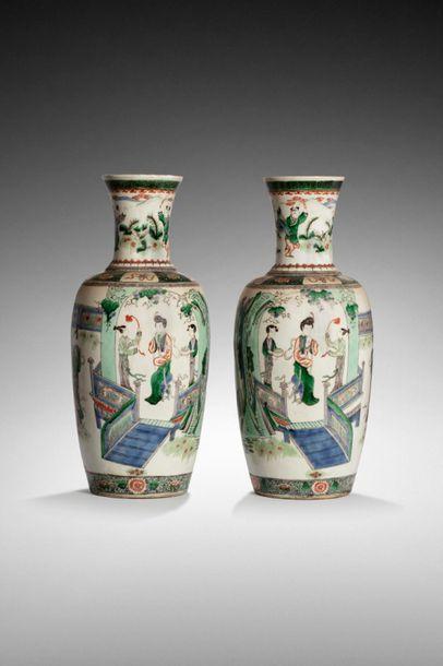 CHINE, XIXème siècle  Paire de vases balustre...