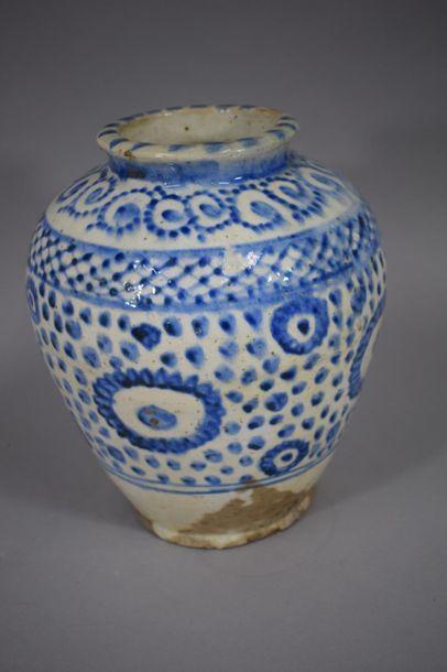 IRAN, XIXème siècle  Vase en céramique émaillé...