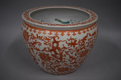 CHINE, XXème siècle  Large aquarium en porcelaine...
