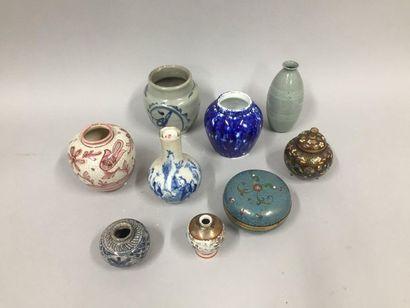 Collection d'objets comprenant sept vases...