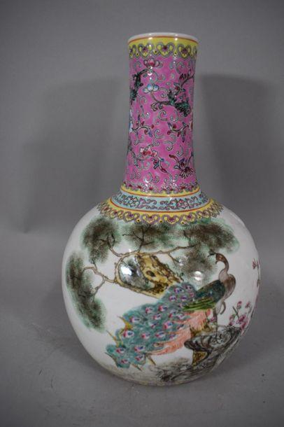 CHINE, XXème siècle  Vase en porcelaine à...