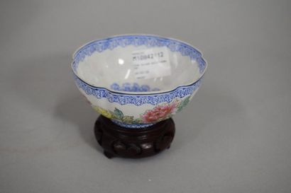 CHINE, XXème siècle  Petite coupe polylobée...