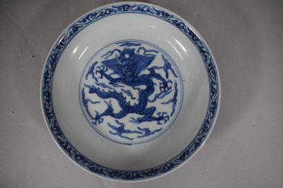 CHINE, XXème siècle  Assiette en porcelaine...