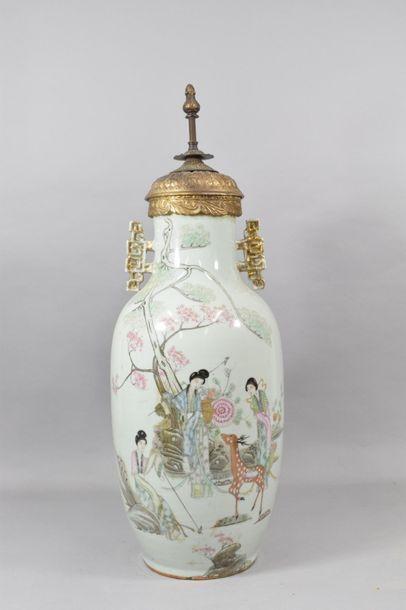 CHINE, XXème siècle  Vase balustre en porcelaine,...