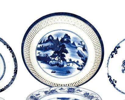 CHINE, Fin XIXème siècle  Coupe en porcelaine...