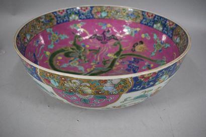 CHINE, XXème siècle  Coupe en porcelaine...