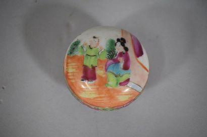 CHINE, Canton  Boîte couverte en porcelaine...