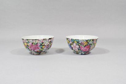 Chine, XXème siècle  Paire de bols en porcelaine...
