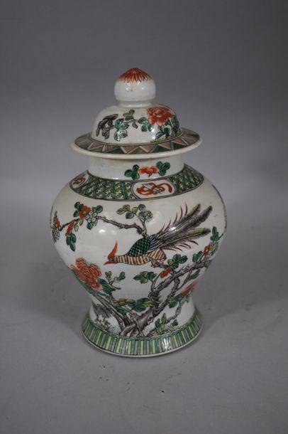 CHINE, XXème siècle  Pot couvert en porcelaine...