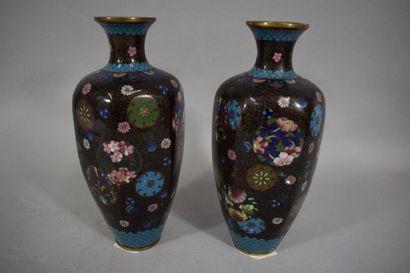 CHINE, Vers 1900  Paire de vases en émaux...