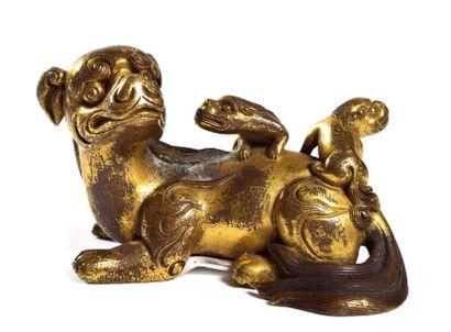 CHINE  Statuette en bronze doré de chimère...