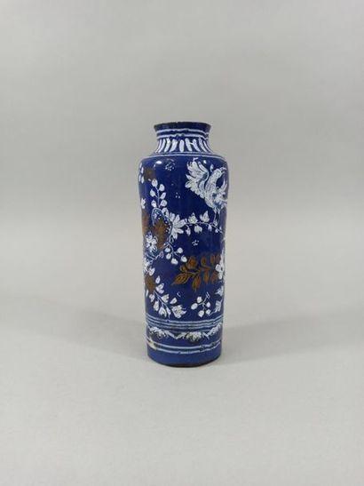 NEVERS VERS 1660-1680.  Vase rouleau à fond...