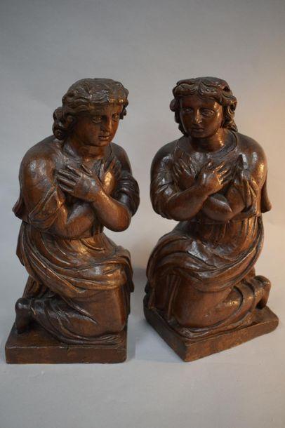 PAIRE D'ANGES AGENOUILLES en noyer sculpté,...