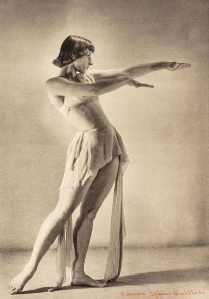 Laure ALBIN GUILLOT (1879-1962).  Femme debout....