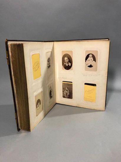 Album photographique comportant plus de cent-soixante-dix photographies, nombreuses...