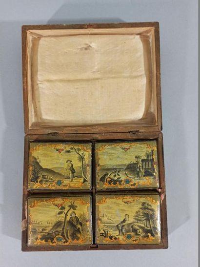 SPA  Boîte rectangulaire en bois à décor en grisaille rehaussé de rinceaux d'or...