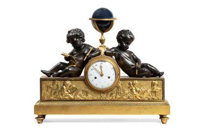 PENDULE AUX PUTTI SAVANTS reposant sur une base rectangulaire de bronze doré ornée...