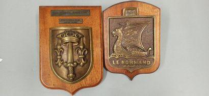Deux tapes de bouche en bronze, sur un support...