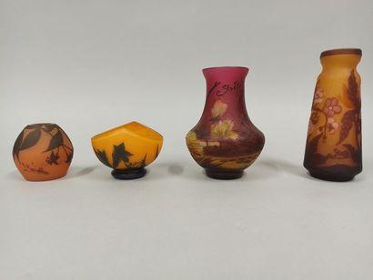 Lot de quatre vases dans le style Art Nouveau...