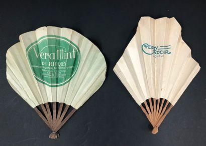 Cinq éventails publicitaires  Les feuilles en papier, les montures en bois, pour...