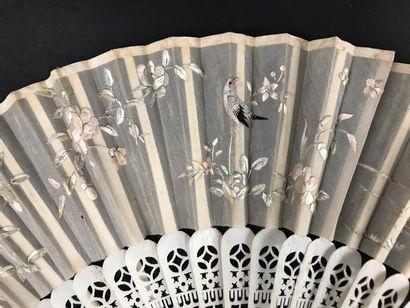 Deux éventails, Chine, XIXe siècle  *L'un, la feuille en soie crème brodée d'oiseau...