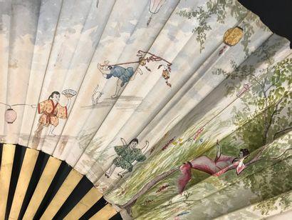 Trois éventails, vers 1890-1900  Les feuilles en tissu, l'une peinte d'hirondelles,...