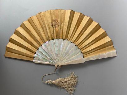 La chasse au filet, vers 1880  Éventail plié, la feuille en soie moirée peinte de...