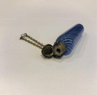 Flacon à sels à cotes torses bleues. Porte une chaînette. Vers 1830.