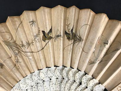 Les oiseaux brodés, Chine, XIXe siècle  Éventail plié, la feuille double en soie...
