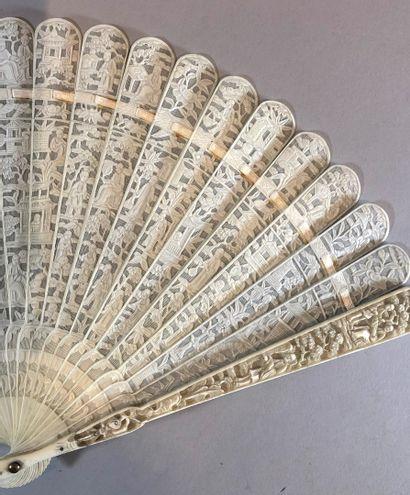 Lettrés et pavillons, Chine, XIXe siècle  Éventail de type brisé en ivoire* sculpté...