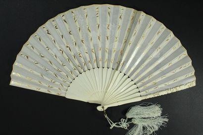 Les grues, Japon, début du XXe siècle  Éventail plié, la feuille en tissu imprimé...